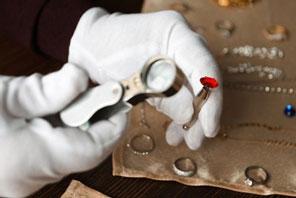 Juwelier trägt Baumwollhandschuhe bei der Arbeit