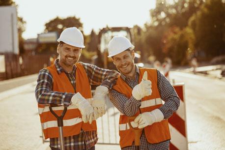 Zwei Bauarbeiter mit Arbeitshandschuhen