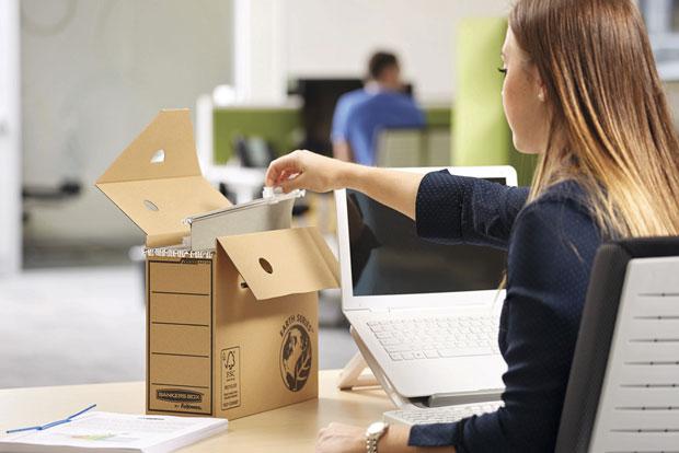 Frau archiviert Hängemappen mit einer Archivbox