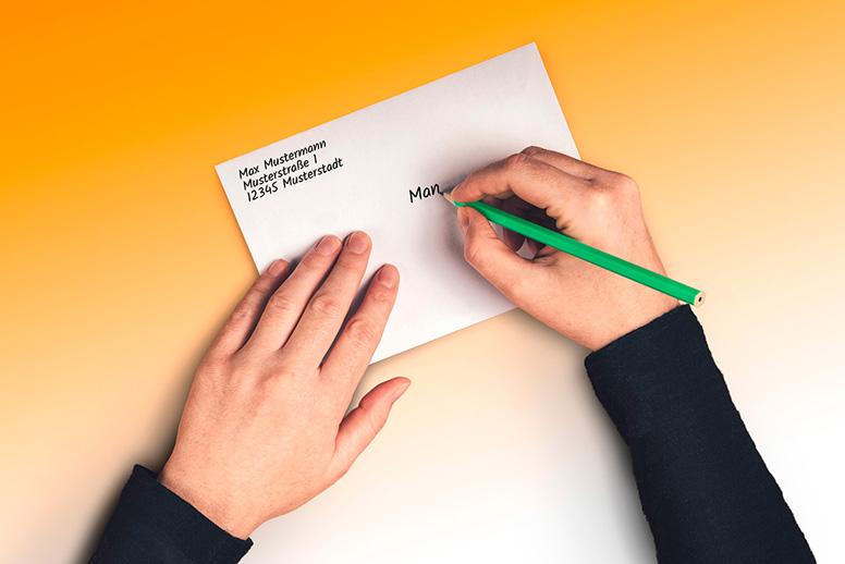 Brief wird für die Ermittlung der Portokosten gewogen