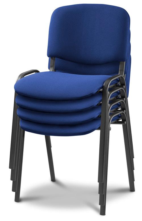 Vier blaue Stühle gestapelt