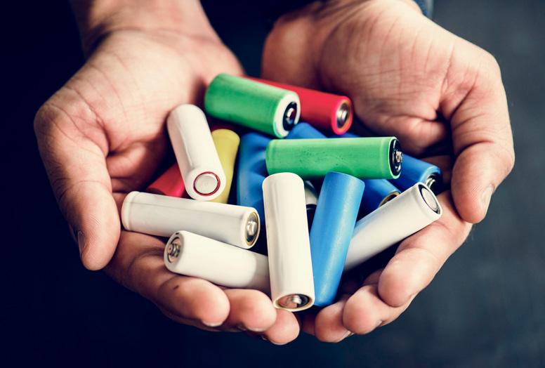 bunte Batterien-Vielfalt präsentiert durch ein Handbild