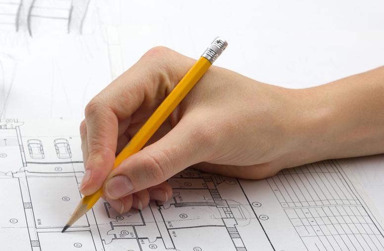 Hand zeichnet mit einem Bleistift einen Plan