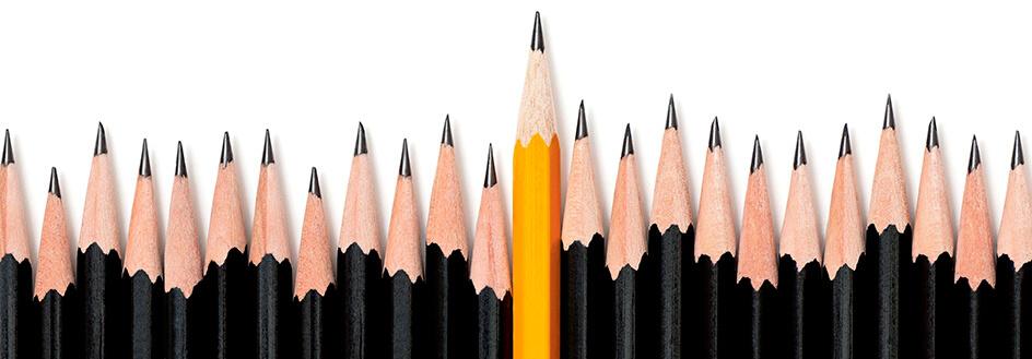 23 schwarze Bleistifte und ein orangefarbender, bei denen man nur die Spitzen sieht