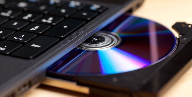 Blu-ray-Rohling im geöffneten Brenner eines Laptops
