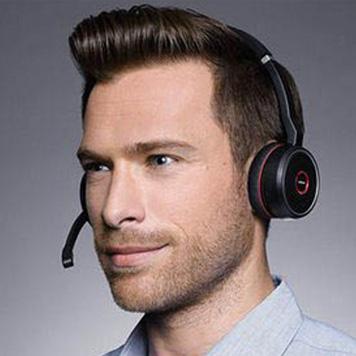 Mann mit Kopfbügel-Bluetooth-Headset