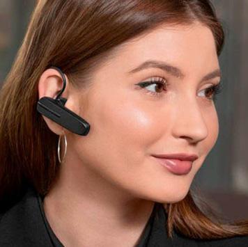 Frau mit Ohrbügel-Bluetooth-Headset