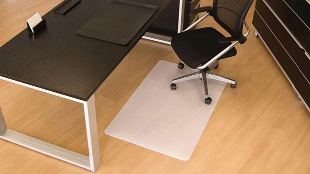 Bodenschutzmatte für glatte Böden schützt einen Parkettboden im Büro