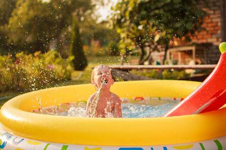 Kind planscht im Pool