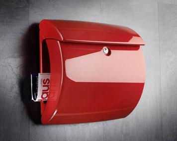 Briefkasten aus rotem Kunststoff
