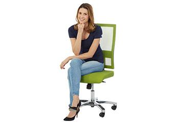 Eien Frau sitzt auf einem Bürostuhl