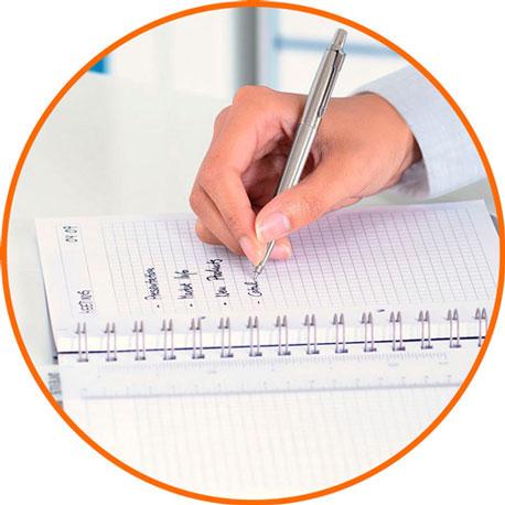 Kreis mit orangefarbenem Rand wo im Inneren eine Hand zus ehen ist, die gerade auf einen Collegeblock schreibt