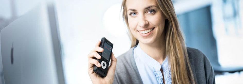 Frau nutzt ein digitales Diktiergerät von Olympus