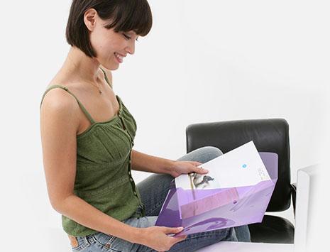 Frau mit sortiert Unterlagen in eine transparente Dokumententasche ein