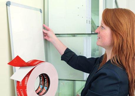 Aufhängen eines Whiteboards mit Hilfe eines doppelseitigen Klebebandes von Tesa