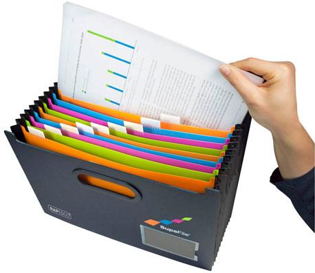Hand zieht ein Dokument aus einer Fächermappe