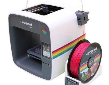 3D-Drucker mit magentafarbener Filament-Rolle