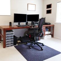 Beispiel für die Verwendung einer Fußmatte im Büro: als Schutz für den Boden unter dem Bürostuhl