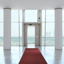 Eingangsbereich eines Büros mit rotem Läufer im Eingangsbereich