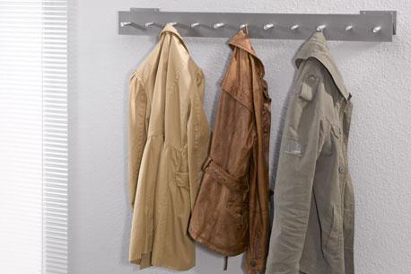 Jacken an einer Wandgarderobe