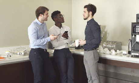 Gruppe junger Männer in einer Tee-Küche