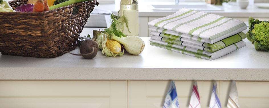 Küche mit frischem gemüse, Wein und Geschirrhandtücher