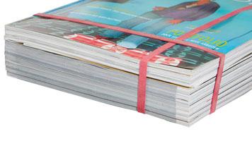 Zwei hoch dehnbare Gummibänder halten einen Stapel Kataloge zusammen