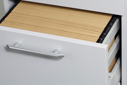 Detailsicht auf eine Schublade gefüllt mit Hängeregistern