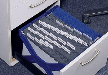 Ausgezogene Schublade gefüllt mit Hängetaschen