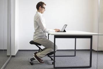 Ein Mann sitzt ergonomisch gut auf einem Hocker