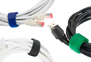Verschieden farbige Kabelbinder an verschiedenen Kabeln