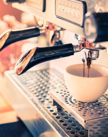 Eine Frau geniesst ihren Kaffee