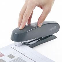 Mit einem Bürohefter werden Dokumente zusammengeheftet