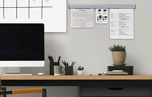 Modern einegrichtetes Büro mit einer Klemmleiste für wichtige Notizen
