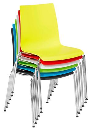 sechs farbige gestapelte Konferenzstühle aus Kunststoff