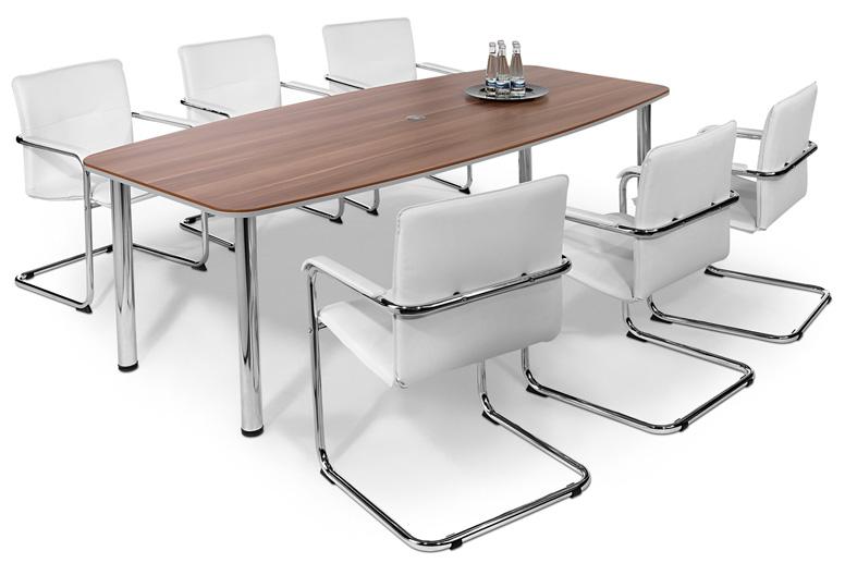 Sechs weiße gepolsterte Konferenzstühle stehen um einen Konferenztisch