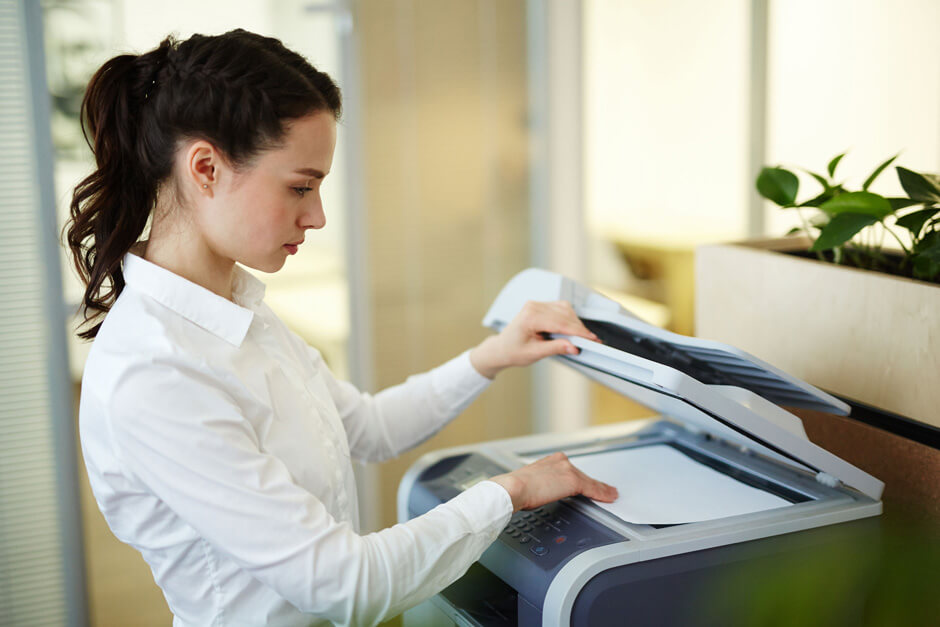 Frau kopiert Dokumente mit einem Laser-Multifunktionsgerät