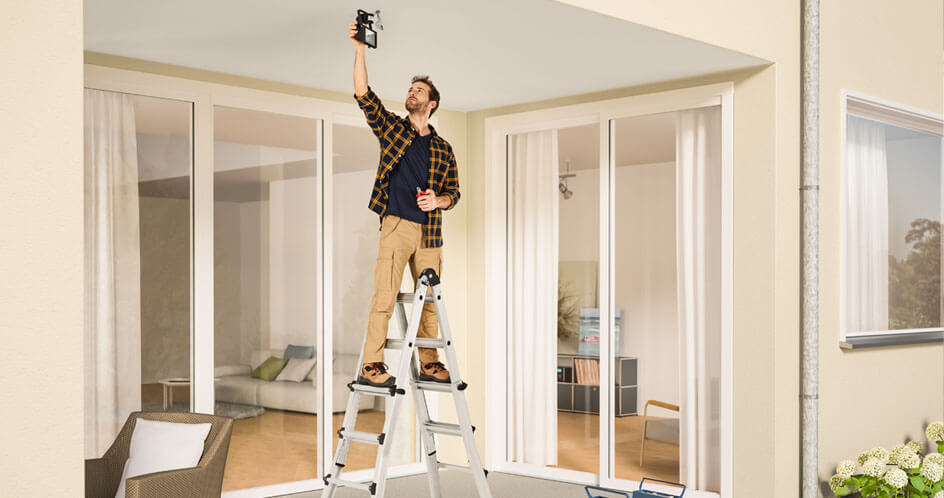 Junger Mann mit einer Leiter