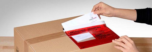 Bestücken einer roten Lieferscheintasche an einem Paket