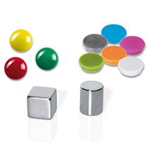 Einige verschiedene Magnete, die sich in Farbe und Größe unterscheiden
