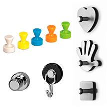 Einige verschiedene Magnete, die sich in Farbe, Größe und Form unterscheiden und teilweise mit haken versehen sind