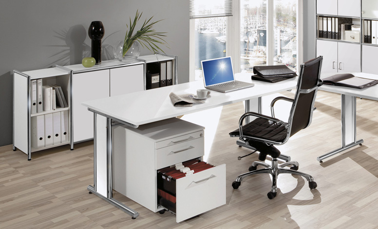 Ein vollständig eingerichtetes Büro mit einem geräumigen Rollcontainer unter einem Schreibtisch
