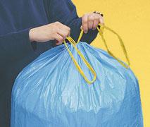 Ein Müllbeutel mit Zugbändern, die verknotet werden