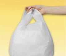 Eine Hand hält einen Müllbeutel mit Tragegriff