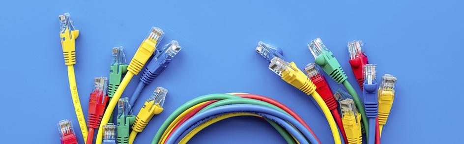 Bunte LAN-Kabel auf blauem Grund