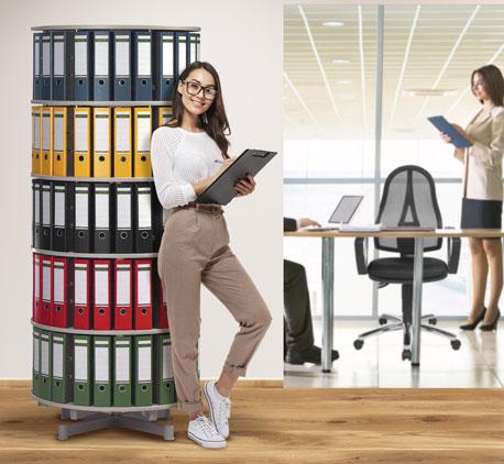 Junge Frau lehnt an einer Ordnerdrehsäule in einer Büro-Atmosphäre