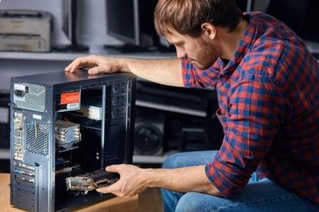 Mann stellt seinen PC selbst zusammen