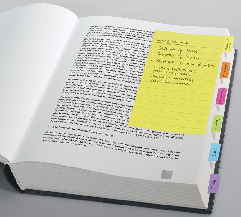 Verschiedenfarbige Postits kleben in einem Buch und indexieren es auf diese Weise