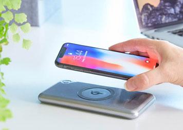 Induktive Powerbank lädt Smartphone