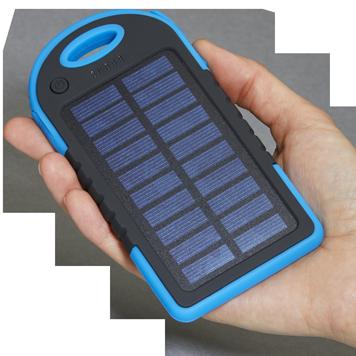 Solar-Powerbank in einer Hand